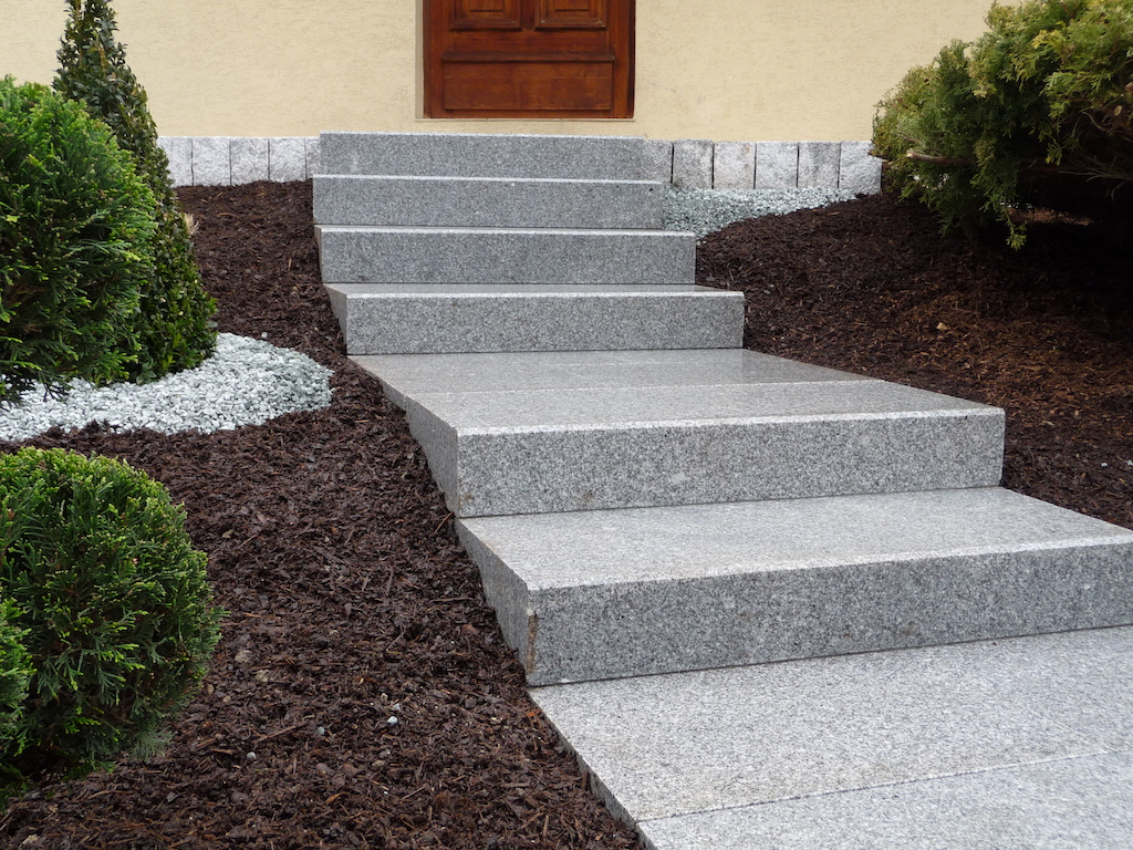Gros plan sur escalier en blocs marches granits for Amenager devant sa maison