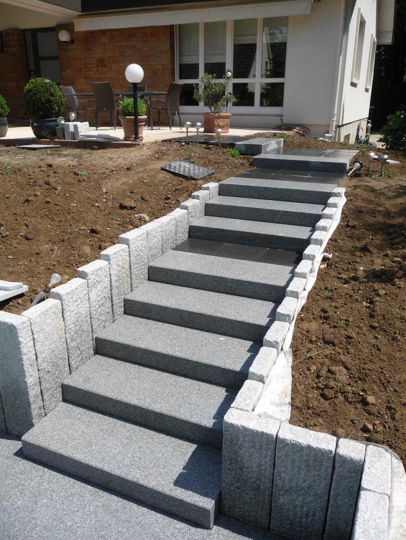 Gros plan sur escalier en blocs marches granits for Terrasse entree maison